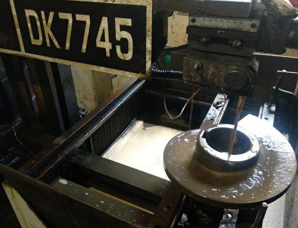 Вырезание шпоночного паза в сегменте шнека питателя. Резка на электроэрозионном станке.