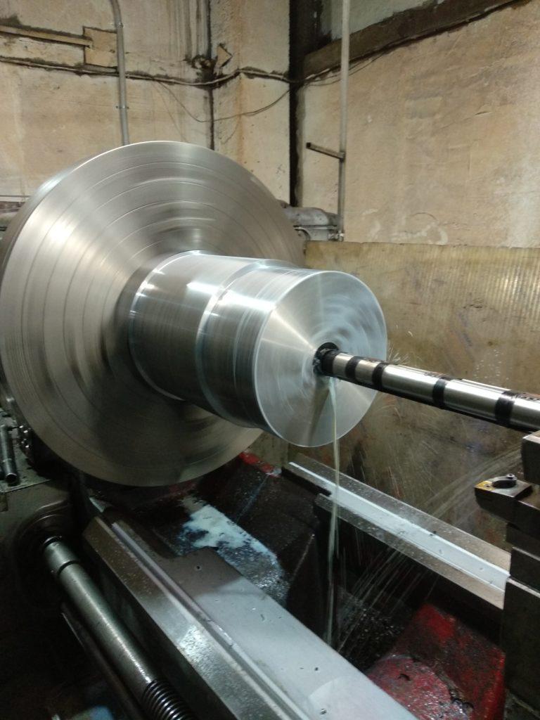 Изготовлено спецсверло под перовую пластину 80 мм. Сверление отверстия на токарном станке ДИП 500.